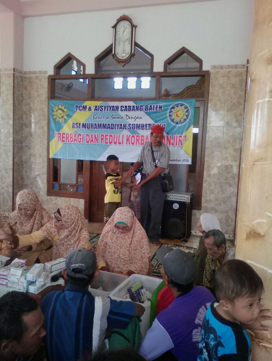"""PCM dan PCA Balen bekerjasama dengan RSI Muhammadiyah Sumberrejo mengadakan kegiatan """"Berbagi dan Peduli Korban Banjir"""" di Kecamatan Balen"""